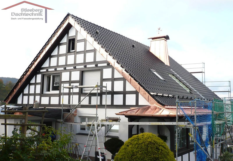 Metallverkleidung an Dach und Kamin