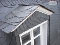 Gaubenverkleidung aus Naturschiefer mit Fensterlaibungen aus Farbaluminium