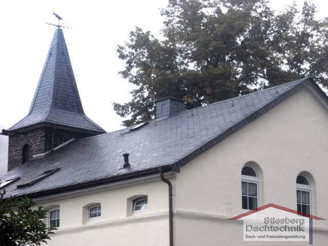 Neuer Schiefer-Turm, neue Asphaltdecke und zwei Laternen in Pasel